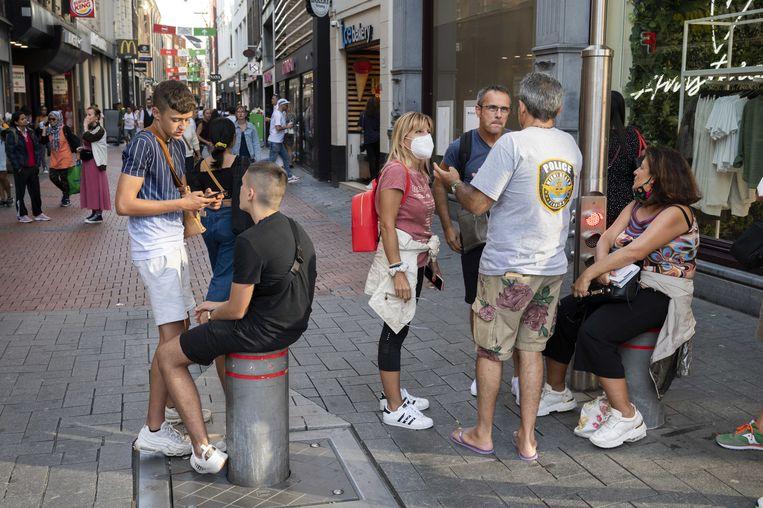 Het dragen van een mondkapje wordt verplicht op drukke plekken in Amsterdam. Beeld ANP