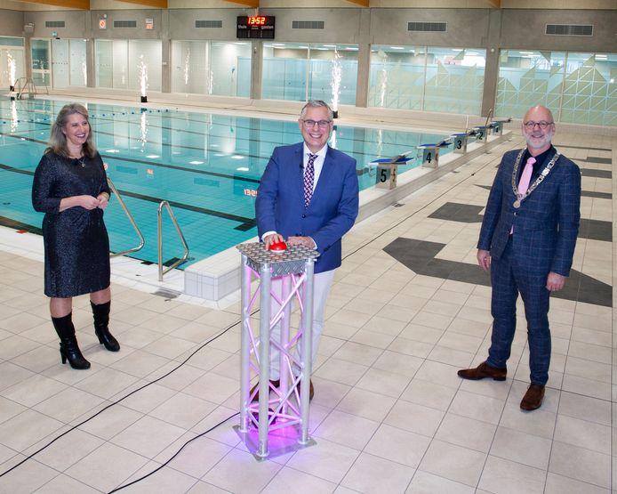 De virtuele opening van het Velpse Biljoenbad in december vorig jaar door de wethouders Gea Hofstede en Marc Budel. Burgemeester Carol van Eert (rechts) hield een openingstoespraak.