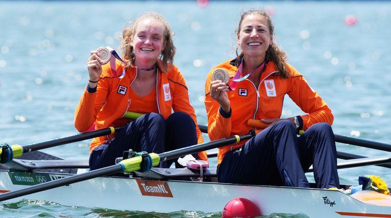 Marieke Keijser en Ilse Paulis met hun bronzen medaille. Beeld EPA