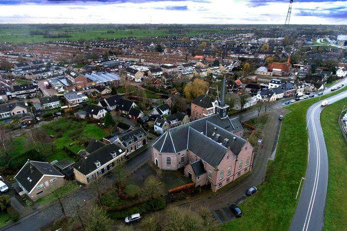 Nieuw-Lekkerland vanuit de lucht gezien, met op de voorgrond de Nederland Hervormde kerk langs de Lekdijk.