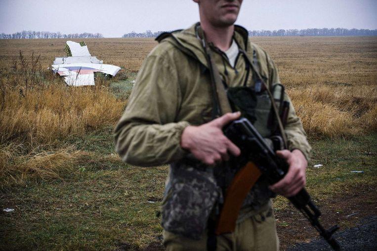 Pro-Russische rebel bij brokstukken van het Malaysia Airlines vliegtuig. Beeld belga