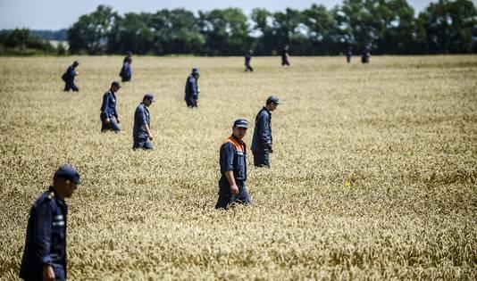 Leden van de Oekraïense veiligheidsdienst zoeken naar overblijfselen van de MH17