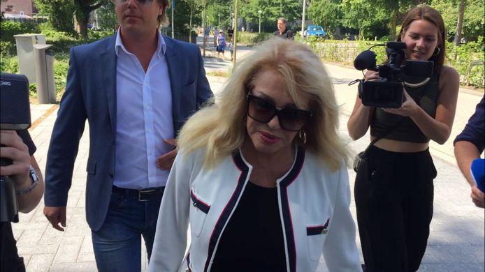 Patricia arriveert bij de rechtbank maar wil niets zeggen tegen de toegestroomde pers.
