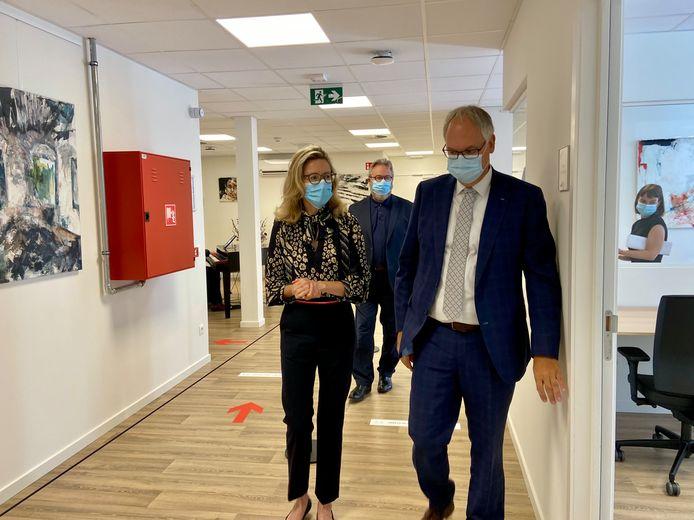 Medisch diensthoofd psychiatrie Marjolijn Bergoets en waarnemend burgemeester Philip Cools in het nieuw psychiatrisch dagcentrum