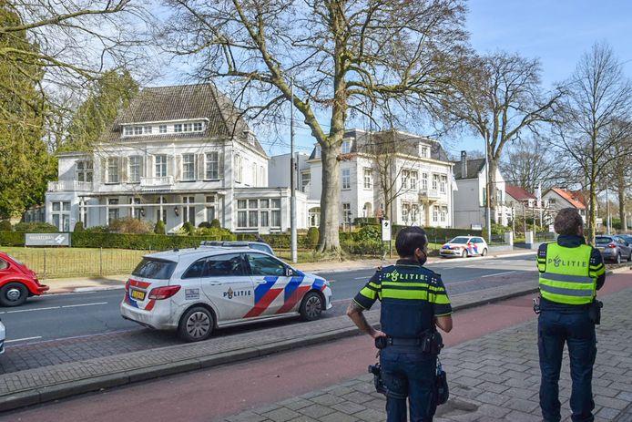 Politie bij het bedrijfspand in Oosterbeek.