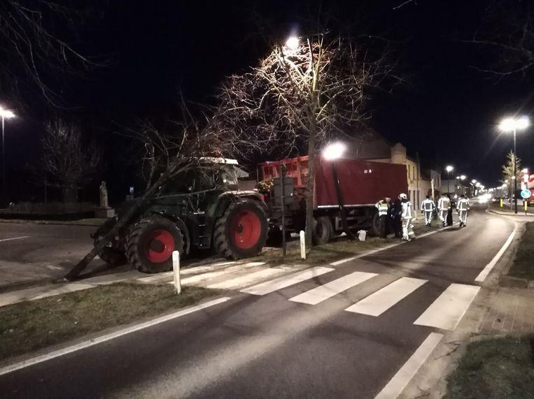 Een van de bomen eindigde op de neus van de tractor.