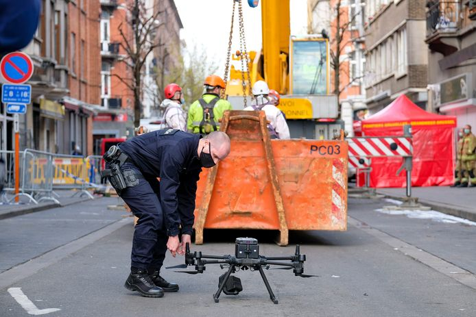 Een drone signaleerde dinsdagmiddag de aanwezigheid van twee lichamen onder het puin.