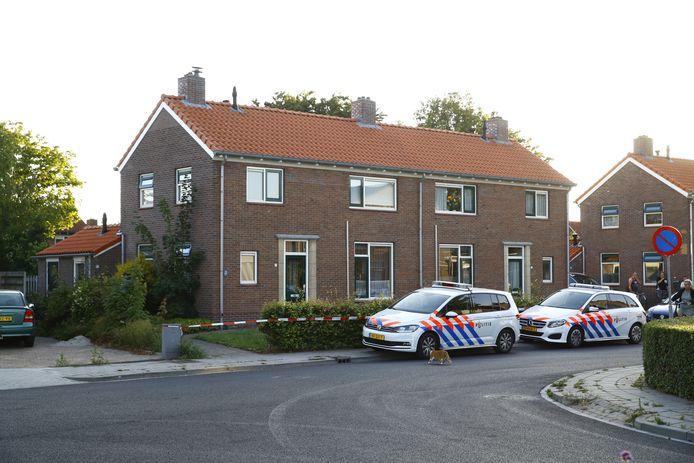 De bewuste woning in Oldebroek waar de politie zondagavond een overleden persoon aantrof.