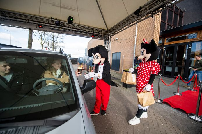 Lucky heeft een Hollywood Drive Thru waar Micky en Mini vanaf de rode loper de bestelling afleveren aan klanten.