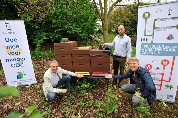 Schepenen Erik Rennen, Gawein Van Daele en milieuambtenaar Guido Deklercq voor de bijenkasten in het parkje.