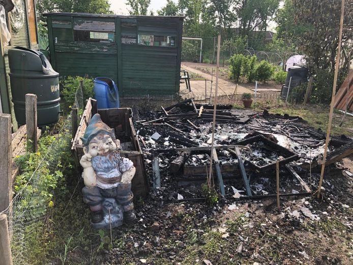 Het verbrande tuinhuisje in de volkstuin van Claudia Rieswijk.
