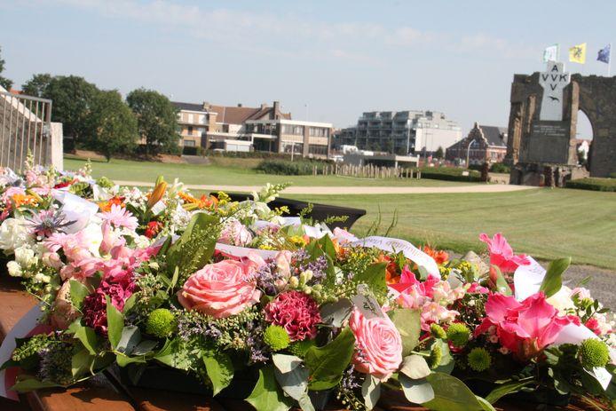 94ste IJzerbedevaart in Diksmuide. Een twintigtal bloemstukken werden neergelegd