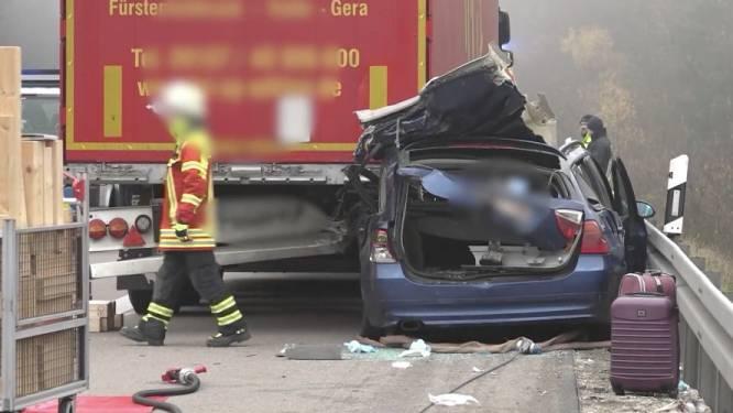 Belgen crashen in dichte mist tegen vrachtwagen op Duitse snelweg: twee doden, één zwaargewonde