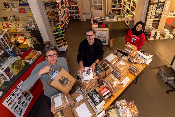 Op een grote tafel midden in de zaak worden bij Quist in Bergen op Zoom de bestellingen gesorteerd, om ze daarna via een efficiënte route te bezorgen.