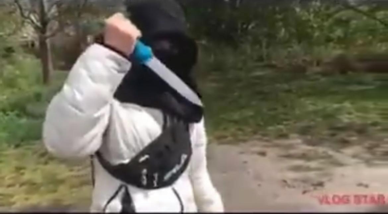 Vier minderjarige jongens in Vroomshoop zetten zich gewelddadig neer in een zogenoemde drillrapvideo.