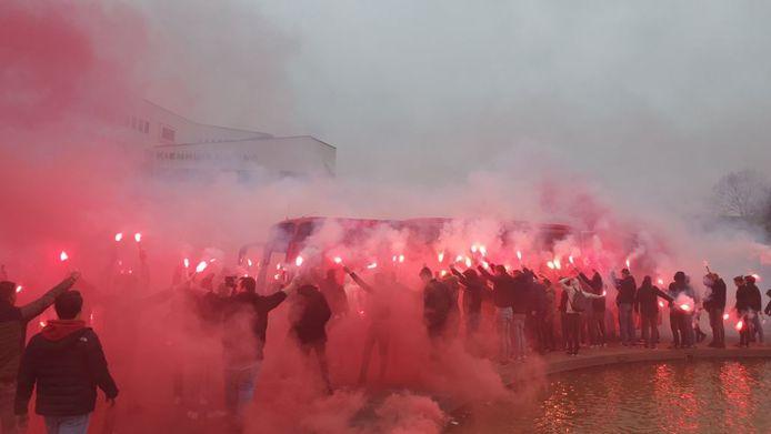 De fans van FC Twente moedigen de spelers aan.