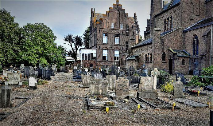 De begraafplaats bij de Maria Onbevlekt Ontvangenkerk in Lobith.
