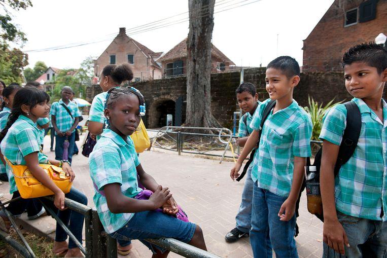 Surinaamse schoolkinderen op excursie in Fort Zeelandia. Beeld Guus Dubbelman / de Volkskrant