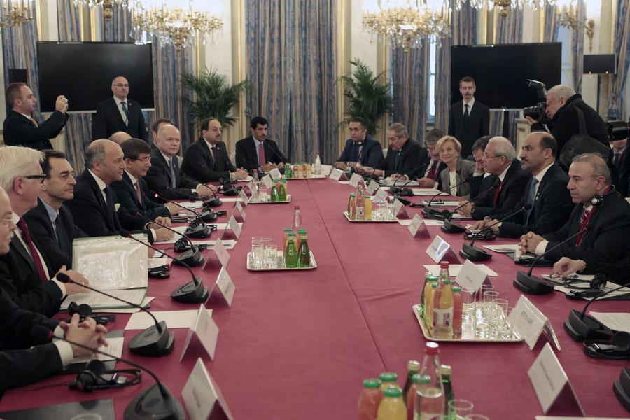 De Franse minister van Buitenlandse Zaken Laurent Fabius (tweede van links) zit zondag een internationale vergadering voor van de 'Vrienden van Syrië'.