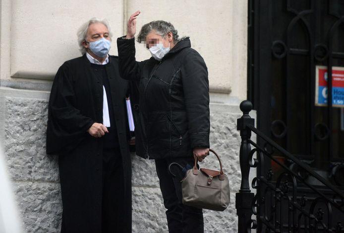 De beklaagde in gesprek met haar advocaat aan de rechtbank in Leuven.