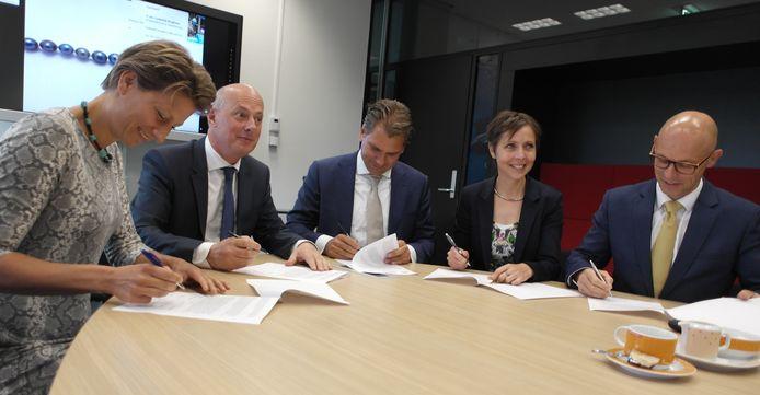 Ondertekening van het akkoord voor het aardwarmteproject in Oost-Brabant. Tweede van links Jan-Renier Swinkels, midden Wim Simon.