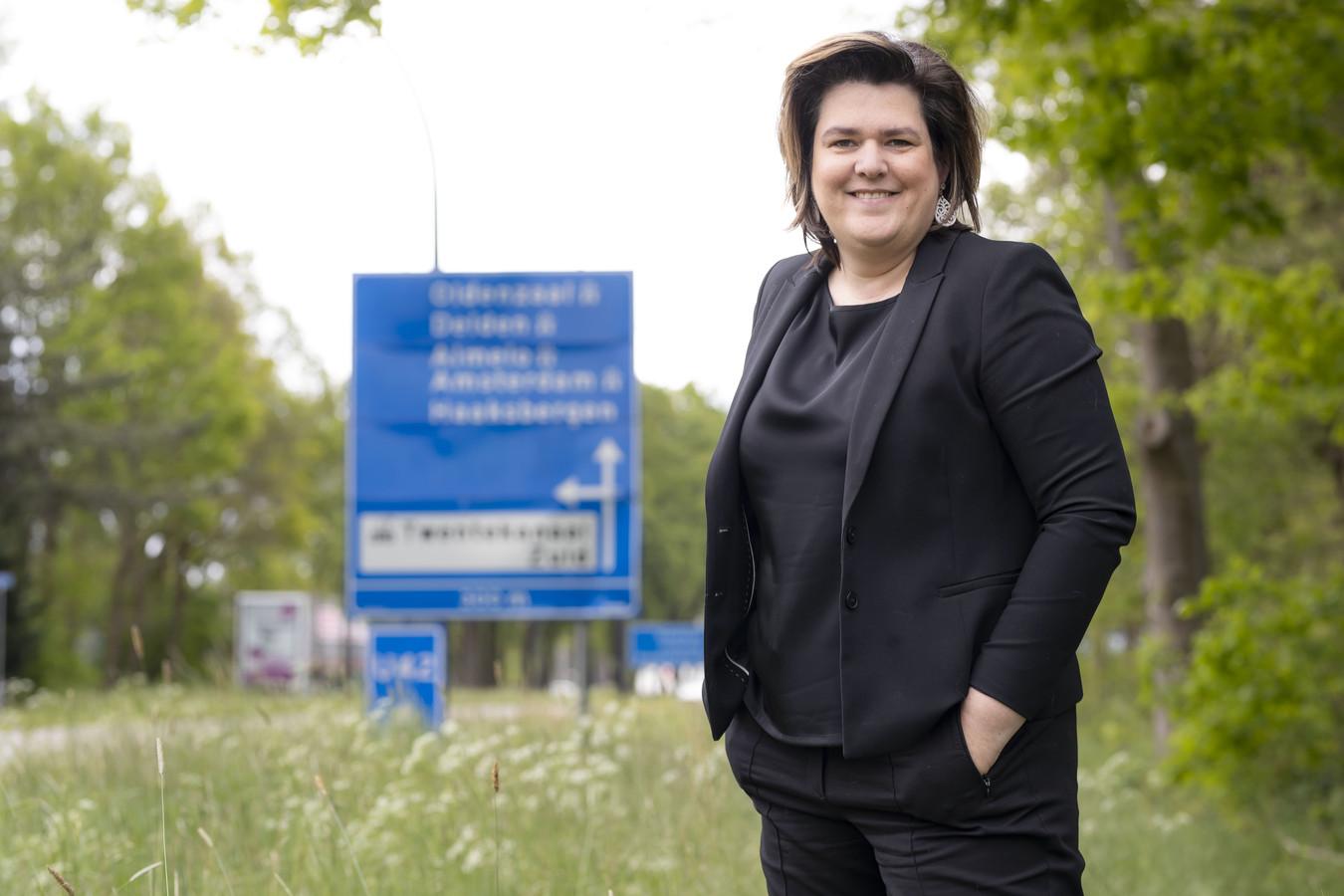 """Hanneke Steen aan de Haaksbergerstraat, vlakbij industrieterrein Twentekanaal. """"Borden zijn ondersteunend, mensen blijven er altijd bij wijze van bevestiging op kijken."""""""