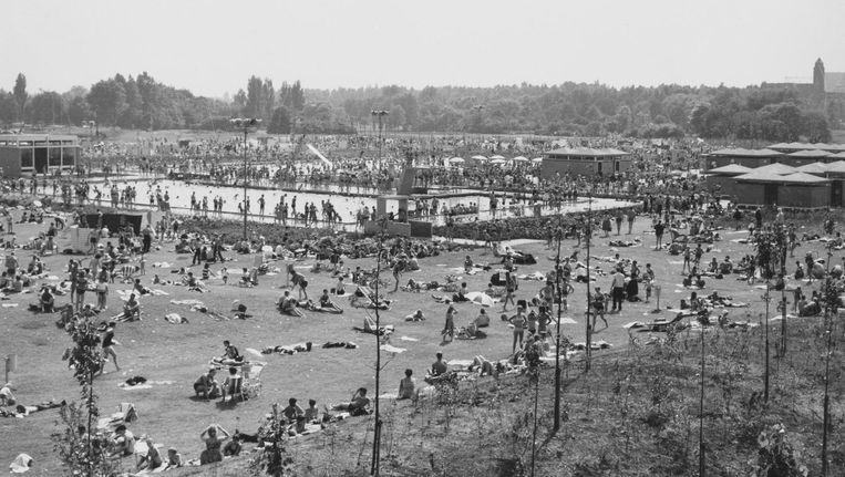 Flevoparkbad, jaren zeventig. De uitgestrekte zonneweide is het unique sellingpoint Beeld Stadsarchief