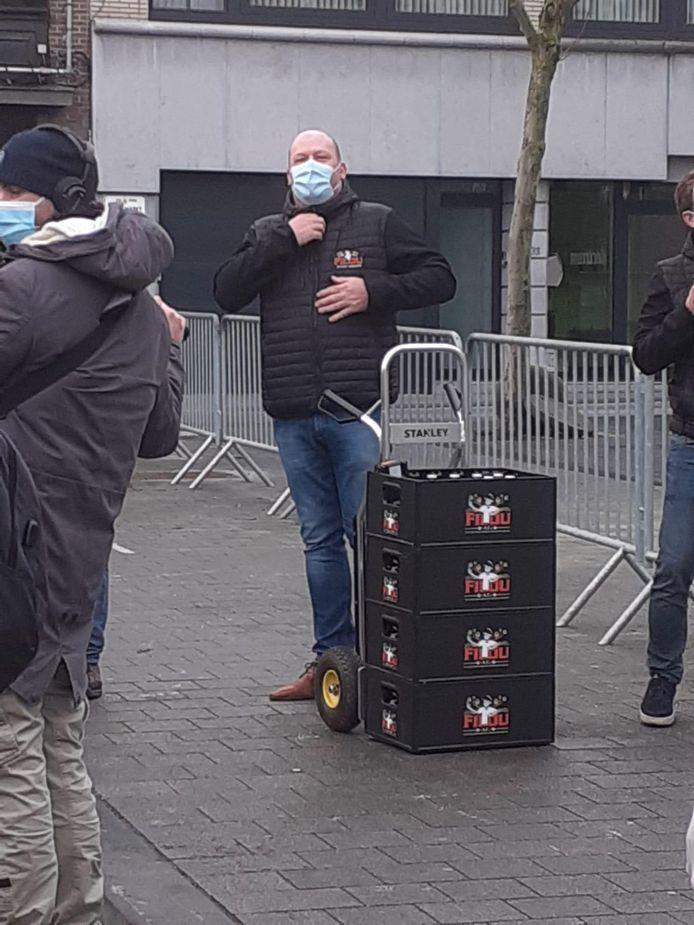 Een steekkar met Filoubiertjes vergezelde Marc Van Ranst. Op de bakken is het Filoumannetje met mondmasker en vaccinspuitje in de hand te zien.