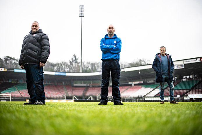In de Goffert, het stadion van voetbalclub NEC ligt de beste grasmat. Wim van Erp, Daan van Grootveld en - enigszins op de achtergrond - stadionmanager Theo van Benthum (vlnr).