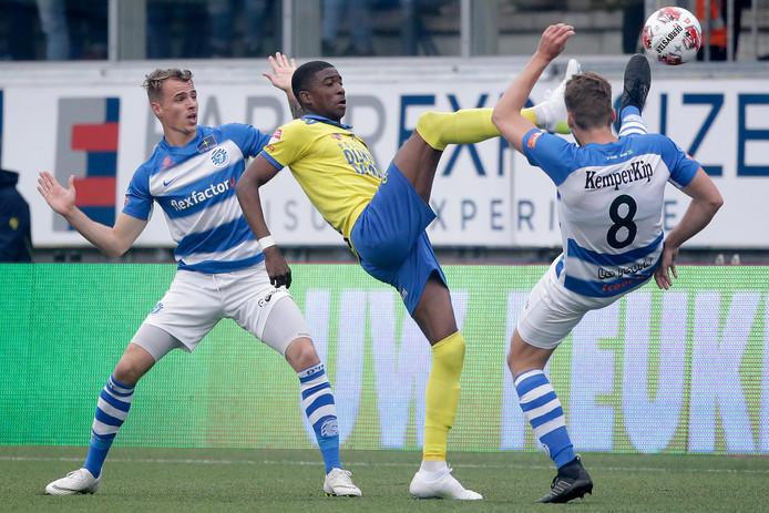 Duel om de bal bij Cambuur-De Graafschap tijdens de play-offs.