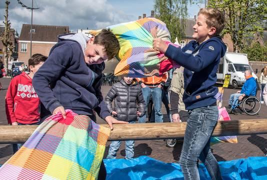 Kussengevecht op de Markt in Druten.