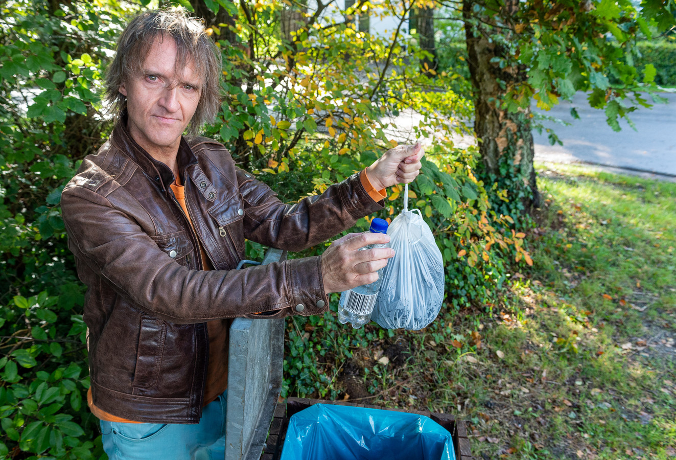Richard van Vliet kreeg een boete voor het dumpen van afval in een openbare vuilnisbak. Het type afval hoorde daar niet in thuis, zo kreeg hij te horen van de agent die hem bekeurde. Omdat hij weigert te betalen, moet hij mogelijk de cel in.