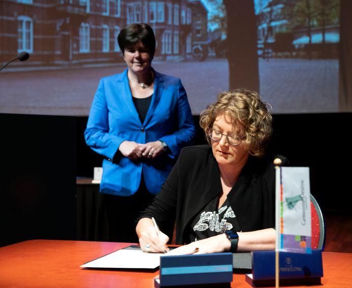 Greet Bruter bij haar officiële installatie vorige week als burgemeester van Deurne. Op de achtergrond Ina Adema, Commissaris van de Koning. In beide gevallen bleek de oude gemeente Veghel een springplank naar meer.