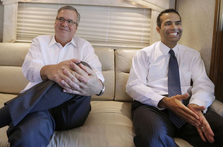 Former Florida Gov. Jeb Bush, left, and his his son George P. Bush sit on a campaign bus during an interview Tuesday, Oct. 14, 2014, in Abilene, Texas. Beeld AP