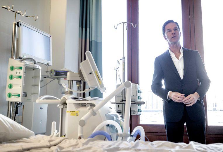 Mark Rutte in maart 2020 tijdens een bezoek aan een intensive care unit in het Erasmus MC. Beeld ANP