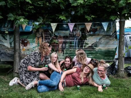 Deze vriendinnengroep kampeert wél bij de Zwarte Cross: 'Lekker met de meiden in de Achterhoek'