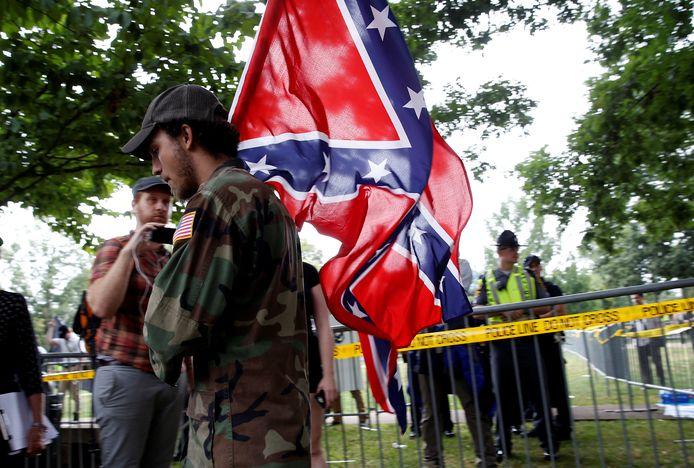 Een blanke racisten met de Confederate flag tijdens de rally in Charlottesville op 12 augustus.