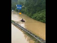 Il se balade en jet ski sur une autoroute inondée