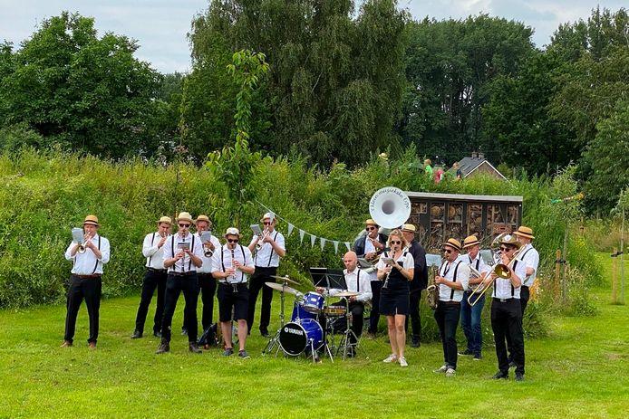 """De muzikanten van '""""t Klein Muziekske van Erpe gaven het beste van zichzelf tijdens de openingsnamiddag van TUIN9420."""