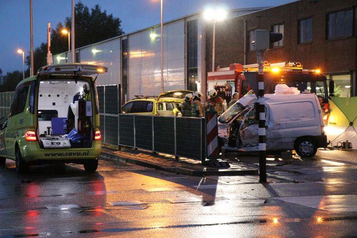 De bestelbus van de Utrechter (51) wordt aan de zijkant vol door vrachtwagenchauffeur Michael dos S. geraakt.