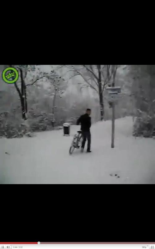 Een van de jongens gaat er met de fiets van het meisje vandoor.
