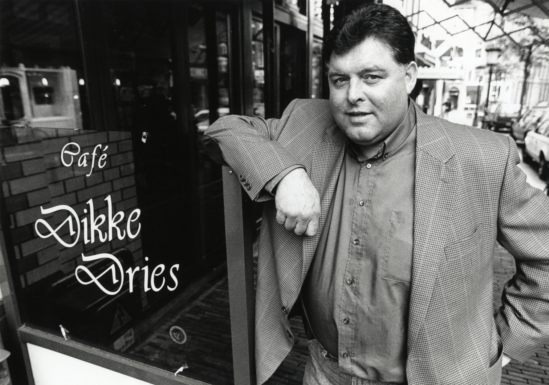 Ries de Winter bij zijn kroeg, 1994.