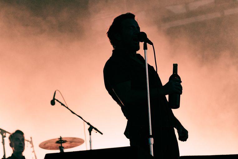 Pearl Jam op Pinkpop. Eddie Vedder met rode wijn en rauwe classics in de aanslag.  Beeld Illias Teirlinck