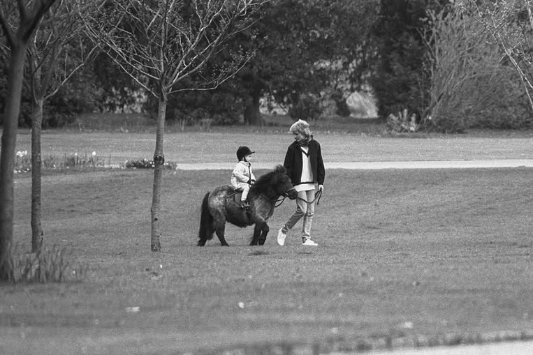 Prins Harry en Diana gaan een rondje paardrijden tijdens de Pasen van 1988. Beeld UK Press via Getty Images