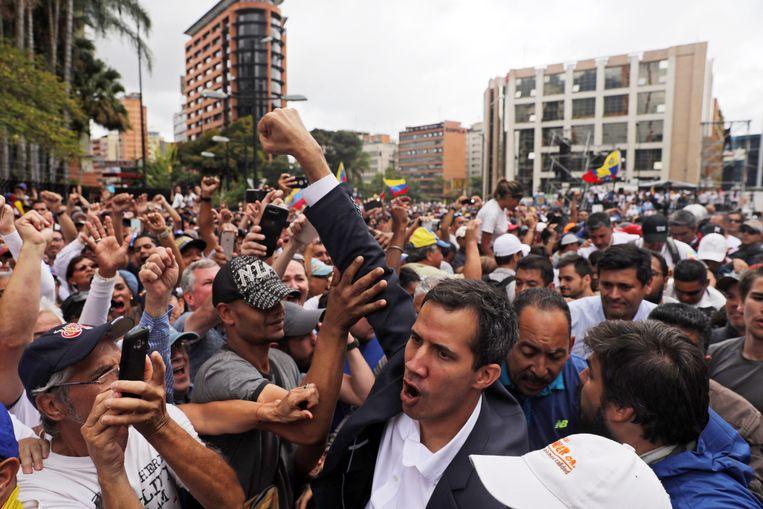 Oppositieleider Juan Guaidó groet de massa nadat hij zichzelf uitriep tot interim-president. Beeld EPA