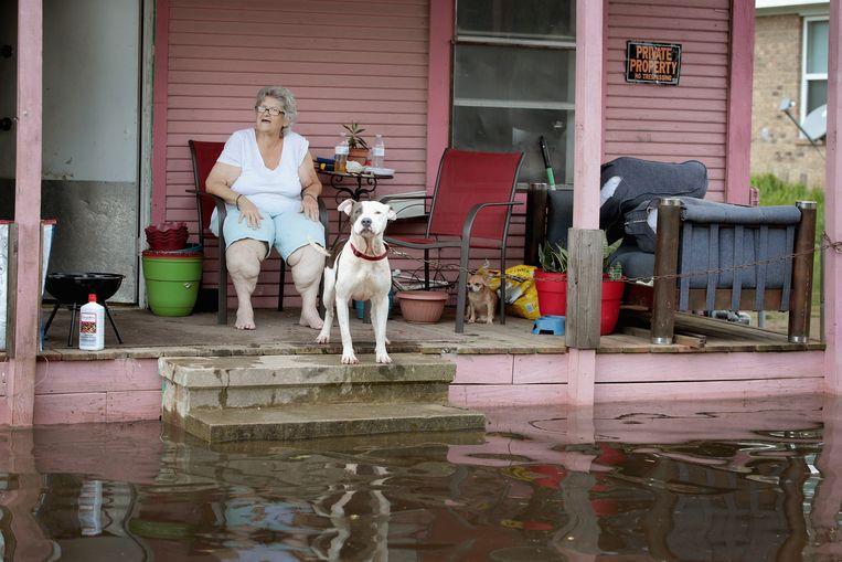 Een vrouw op de veranda van haar zwaar aangetaste huis in Orange, net ten noorden van Corpus Christi. Beeld Getty Images
