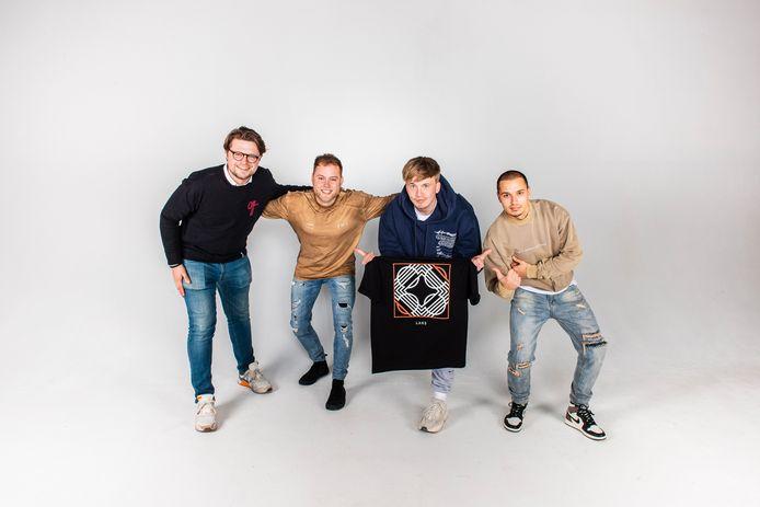 Snelle (tweede van rechts) ontwerpt eigen kleding met de mannen van Brand Your Merch: Karel Kloeze en Bas Dijkhuis en zijn manager en vriend Hidde Stegink. Snelle's nieuwe album 'Lars' is aanleiding voor nieuwe merchandise-kleding die ontworpen is in Deventer.