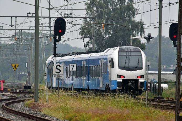 De Keolis-trein rijdt tussen Zwolle en Enschede.