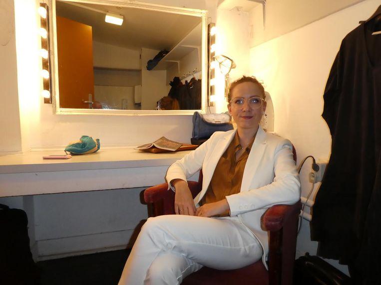 Muzikant/schrijver Aafke Romeijn in haar vierpersoonskleedkamer, wel met spiegel. Beeld Hans van der Beek
