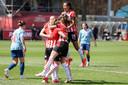 De PSV-speelsters vieren een doelpunt van Joëlle Smits (nummer 9).